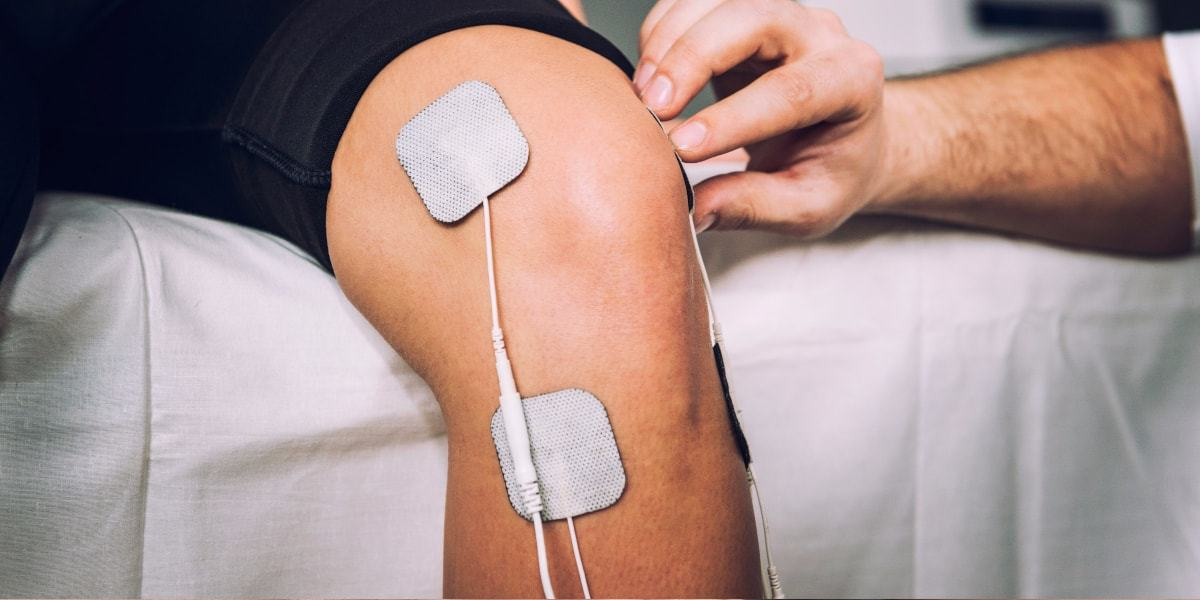 tens_therapy_on_knee-min